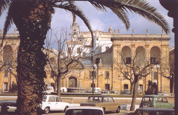 Fachada del palacio del conde de Torre Saura en la plaza del Borne de Ciudadela. Propiedad de los descendientes de la familia que lo construyó a principios del siglo XIX, este palacio muestra hacia la plaza del Borne su fachada principal, de estilo clasicista con recuerdos franceses.