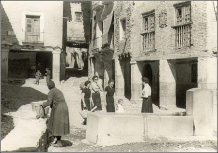 Lavadero en la plaza Mayor de Alquézar. Década de los 50