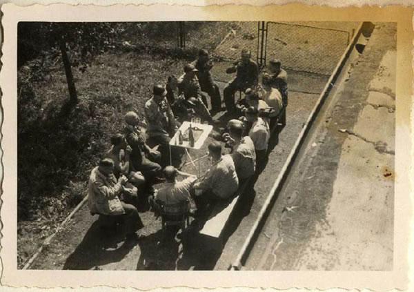 """""""Nach der Ausfahrt"""" (USHMM=31795). Personal de Auschwitz, incluyendo algunos médicos, tomando unas copas. La vida seguía a pesar de las matanzas diarias."""