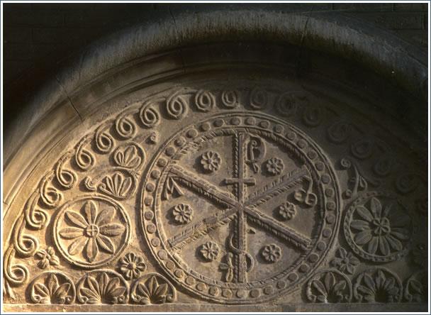 Tímpano del primitivo templo románico. Fachada sur de la basílica-catedral del Pilar.