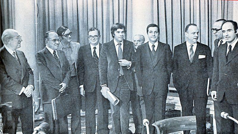 Firma el 27 de octubre de 1977 de los Pactos de la Moncloa. Tierno, Carrillo, Triginer, Reventós, González, Ajuriaguerra, Suárez, Fraga, Calvo Sotelo y Roca.