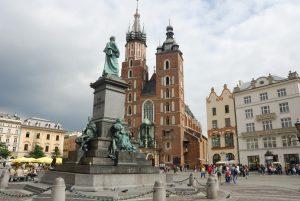 Cracovia. Tras la estatua de Adam Mickiewicz, la Basílica de Santa María