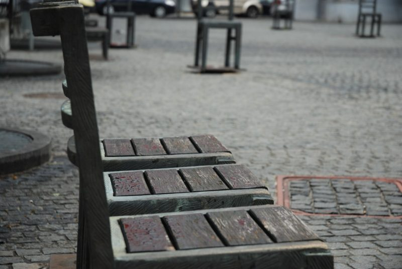 Cracovia: en la Plaza de los Héroes se reunían los judíos del gueto para recuento o traslado. Allí los nazis pasaban lista y los clasificaban. Las sillas de hierro actuales representan el horror de aquella época