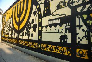 Cracovia. Barrio de Kazimierz. Mural que recuerda el Holocausto