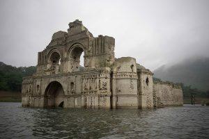 Templo de Santiago o Templo de Quechula en el embalse de Nezahualcóyotl (También conocido como Malpaso) en el estado de Chiapas