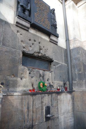Cuándo, dónde y cómo mataron a Heydrich, el Carnicero de Praga. Placa conmemorativa justo encima de la claraboya que da a la cripta.
