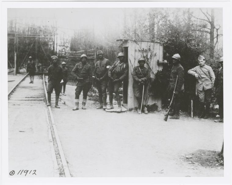 Miembros del 369 Regimiento de Infantería, probablemente durante su despliegue en Francia durante la Primera Guerra Mundial, 1918