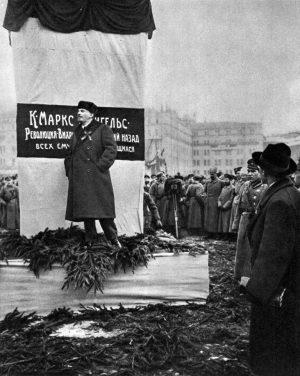 Lenin en la inauguración del monumento a K. Marx y F. Engels en la Plaza Voskresenskaya (ahora Plaza de la Revolución). Moscú. 7 de noviembre de 1918