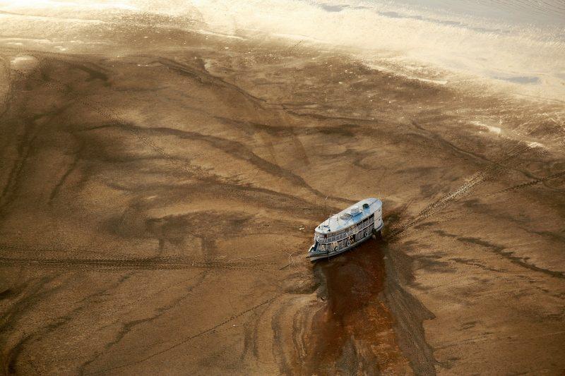 27/10/05 Barreirinha (Brasil). Barco fluvial encallado en un banco de arena al este de Barreirinha, durante una de las peores sequías jamás registradas en el Amazonas. © Daniel Beltra / Greenpeace
