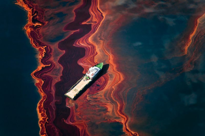 Louisiana (EE. UU.). 6 de mayo de 2010. Vista aérea del petróleo derramado desde la boca del pozo Deepwater Horizon, la plataforma petrolera arrendada de BP que explotó el 20 de abril y se hundió después de la quema. © Daniel Beltra / Greenpeace.