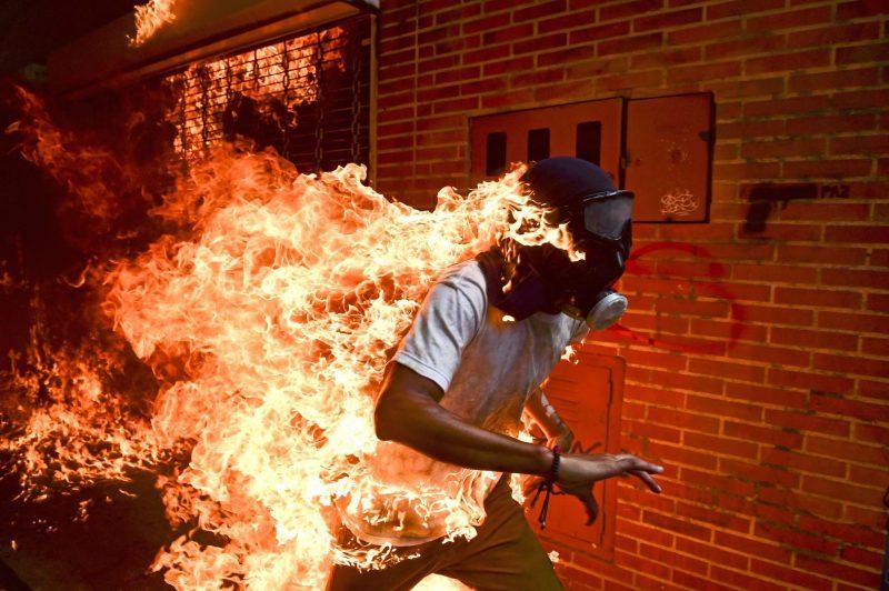 Caracas. 3 de mayo de 2017. José Víctor Salazar arde tras la explosión del depósito de una motocicleta durante un enfrentamiento con la policía en una protesta contra el presidente de Venezuela, Nicolás Maduro (Fotografía: Ronaldo Schemidt)