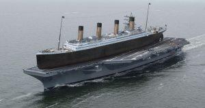 """El Titanic (270 metros de eslora) en la cubierta del portaaviones """"Ronald Reagan"""" (EEUU)"""