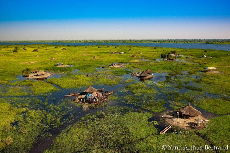 Village lacustre dans les marais autour du Nil Blanc, au nord de Bor, état de Jonglei, Soudan du Sud (Yann Arthus-Bertrand)