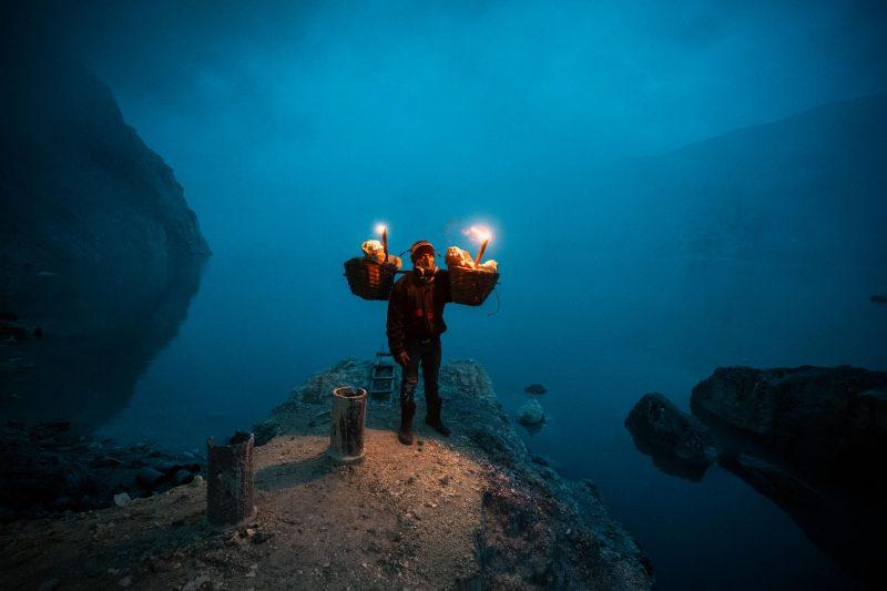 Hadis, de 36 años, lleva 10 años como minero a tiempo completo. Recientemente empezó a trabajar como cocinero en un restaurante turístico cercano, pero regresa periódicamente a la mina para obtener ingresos extra.