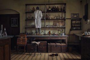 Mganga ordena la estantería de un laboratorio. «La gente del lugar pensaba que los científicos preparaban pociones en estos frascos», dice la fotógrafa Evgenia Arbugaeva. Otras facetas de la ciencia también se consideraban sobrenaturales. A los investigadores los llamaban mumianis («vampiros» en suajili) porque tomaban muestras de sangre para estudiar la malaria.