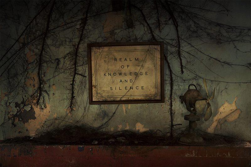 En Amani, pasado y presente se entrelazan. Cerca de la biblioteca, apenas utilizada pero bien conservada, hay un instructivo letrero que reza: «Reino del conocimiento y del silencio»
