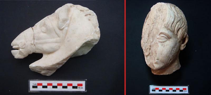 Esculturas en mármol que representan una cabeza de caballo y una cabeza de niño.