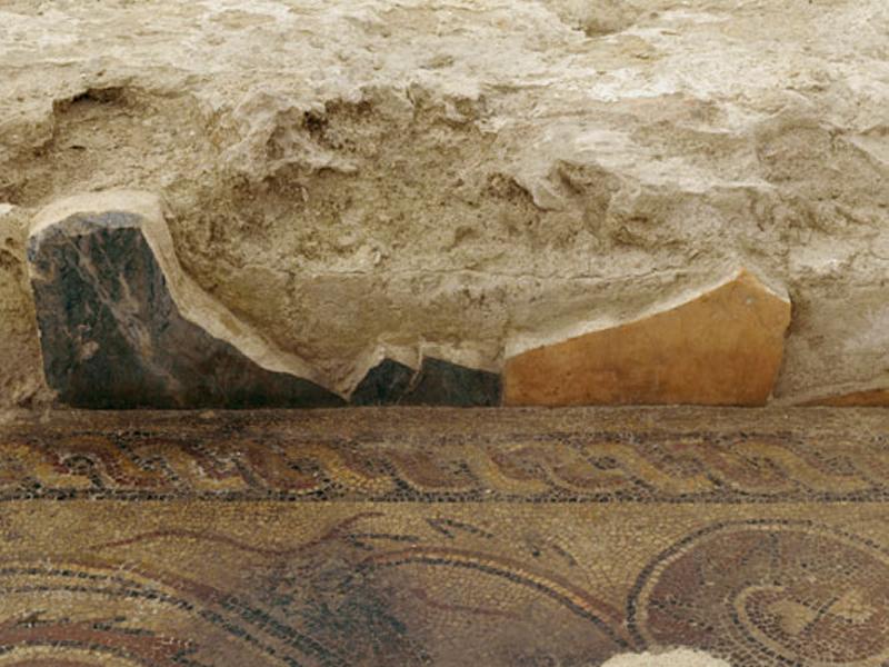 Detalle de dos placas de opus sectile colocadas in situ formando parte del zócalo de la pared oeste de la Sala Triabsidada.