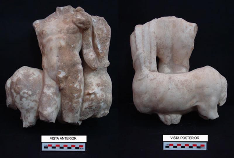 Parte delantera y trasera de una escultura realizada en mármol de importación que representa a un joven con las riendas de un caballo.