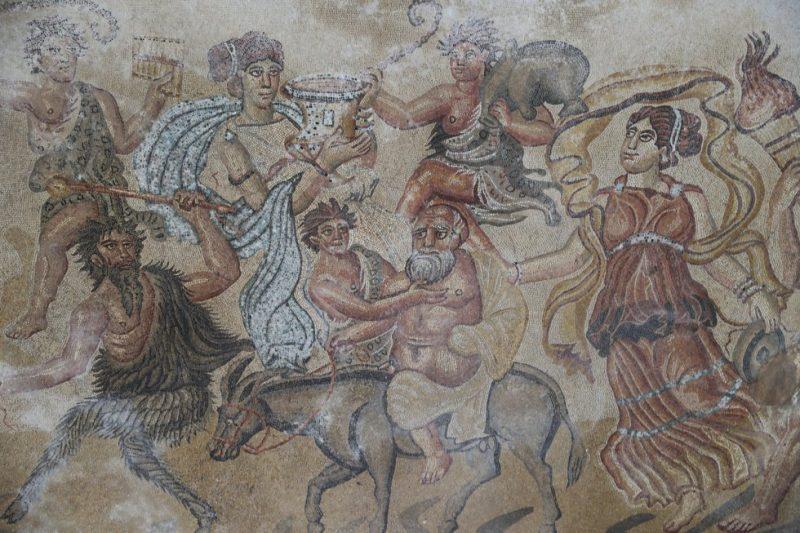 Detalle del mosaico del salón ('triclinium') de la villa romana de Noheda. Forma parte del Cortejo dionisiaco y en él se distinguen centauros, músicos, sátiros y a Sileno, representado como un anciano montado sobre un burro.