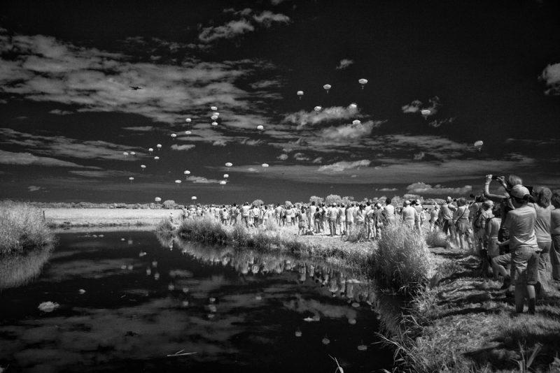 8 de junio de 2014: en la madrugada del Día D, unos 13.000 paracaidistas estadounidenses saltaron sobre la campiña francesa. En esta imagen infrarroja tomada 70 años después se recrea aquella incursión en las inmediaciones de Sainte-Mère-Église.