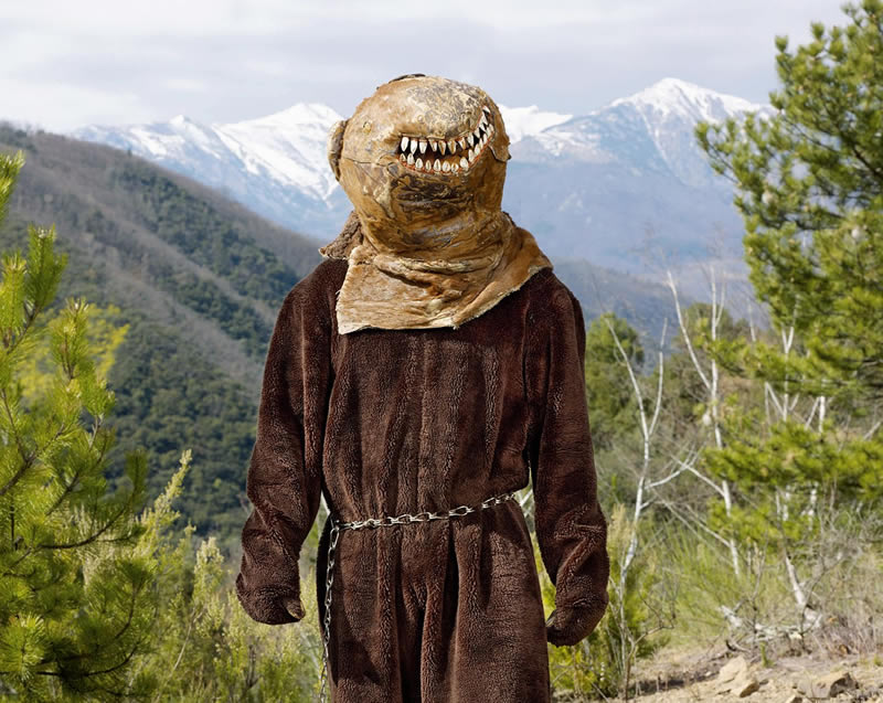 Francia: en primavera, en los Pirineos se celebran rituales festivos en los que los hombres hacen de osos que despiertan de la hibernación.
