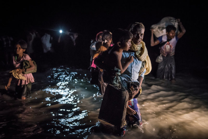 Refugiados rohinyá a su llegada, en septiembre, a Bangladés por el río Naf. Credit Sergey Ponomarev para The New York Times