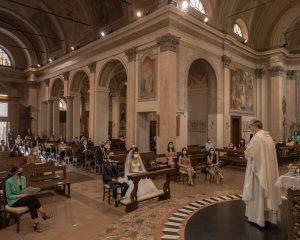 Marta Colzani y Alessio Cavallaro, una vez levantado el confinamiento, se casaron en la iglesia de san Vito (Barzanó, Milán)