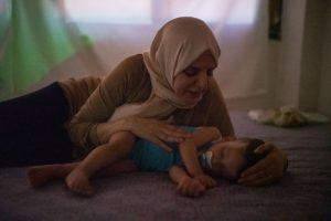 Turquía: Mona Idrees acuesta a su nieto Zaid Abideen, de casi dos años, en Hatay, Turquía. En 2013, Mona huyó de Siria y se unió a su hijo en Turquía, donde nació Zaid. Ella le canta canciones sirias para enseñarle de dónde es su familia, un lugar al que nunca ha estado