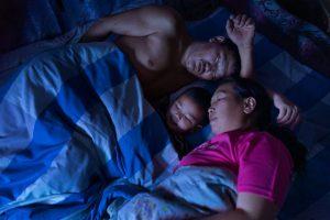 Mongolia: Dejid, Todgerel y su hijo menor, Galanbagana, se preparan para irse a la cama