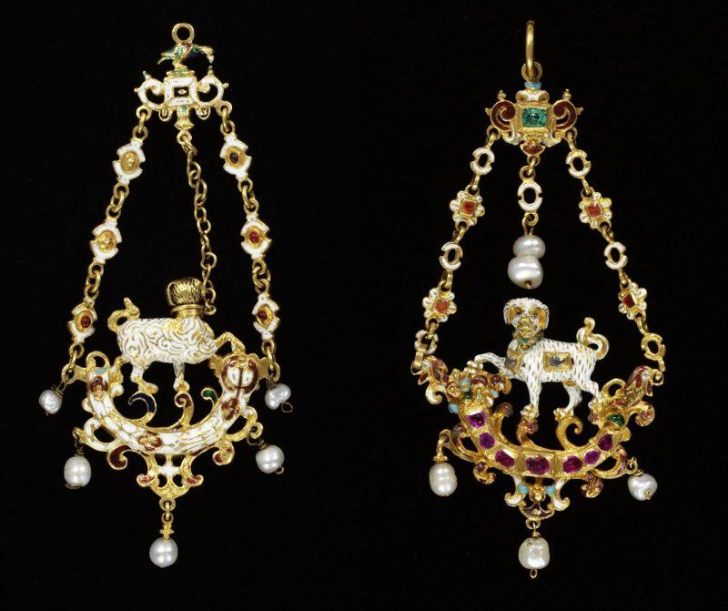 Pinjantes de dos cadenas (Victoria & Albert Museum, con nº inv. 334-1870 y 336-1870, expuestos en la Jewellery Gallery.
