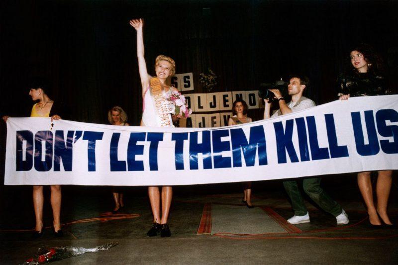 Pancarta desplegada en el concurso de belleza Miss Sarajevo (1993)