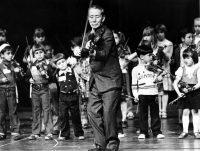 Shinichi Suzuki directing children in Maryland in 1980. Credit Douglas Chevalier/The Washington Post, via Getty Images