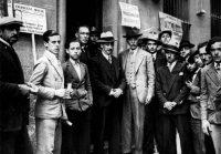 Lluís Companys (en el centro, con sombrero blanco), con Francesc Macià a su izquierda, durante la jornada electoral del 12 de abril de 1931.