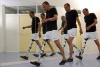 Processus de marche (pas à pas) d'un patient avec prothèse au genou. (Christophe Lepetit.AFP)