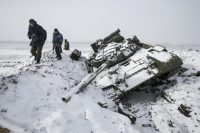 Members of the separatist self-proclaimed Donetsk People's Republic army collect parts of a destroyed Ukrainian army tank in Vuhlehirsk, about 10 km (6 miles) west of Debaltseve, February 16, 2015. REUTERS/Baz Ratner