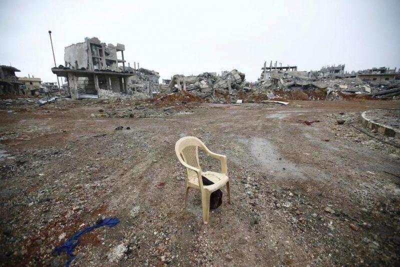 Una silla de plástico se yergue en medio de edificios destruidos en Kobane (frontera entre Siria y Turquía), tras meses de guerra contra Estado Islámico. O. ORSAL / REUTERS