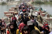 Displaced Sunni people fleeing the violence in Ramadi, cross a bridge on the outskirts of Baghdad, May 24, 2015. REUTERS/Stringer