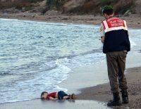 Un niño sirio de tres años, Aylan Kurdi, yace sin vida en una playa turca, de cara a la arena, y con un reproche mudo e inolvidable. Credit Turkish News Agency