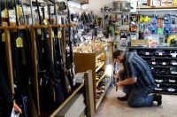 La tienda de armas KC's Exchange en Roseburg, Oregón. Credit Michael Sullivan/The News-Review, via Associated Press
