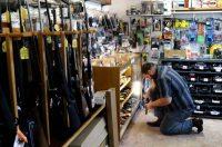 La tienda de armas KC's Exchange en Roseburg, Oregón. Credit Michael Sullivan/The News-Review, via Associated Press