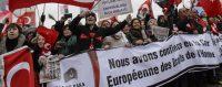 Des Turcs favorables à la cause de Dogu Perinçek manifestant devant la Cour européenne des droits de l'homme à Strasbourg.