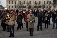 Un rassemblement observe une minute de silence devant la cathédrale Notre-Dame de Paris, le 16 novembre.CreditIan Langsdon/European Pressphoto Agency
