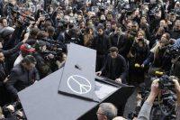 En la acera de la sala de conciertos Bataclan, un hombre interpreta al piano 'Imagine'. AFP
