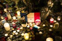 Devant le Bataclan, dimanche 15 novembre, en hommage aux victime des attentat. Photo Albert Facelly pour Libération