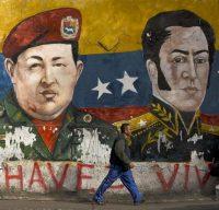 """Un graffiti à Caracas, au Venezuela, représentant l'ancien Président Hugo Chavez, et le héros Simon Bolivar, """"libérateur de l'Amérique Latine"""". Photo : Luis Robayo. AFP"""