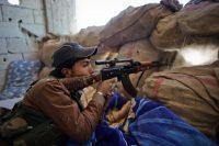 Un Kurde du YPG combat l'Etat islamique à Ain al-Arab, en Syrie, le 7 novembre 2014. Photo Ahmed Deeb. AFP