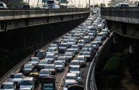 """Tráfico en una autopista en Nueva Delhi. India ha solicitado un """"espacio de carbono"""" que exigiría que las naciones avanzadas registraran emisiones negativas para que los países pobres pudieran avanzar hacia el desarrollo quemando carbono como hicieron los países ricos en los últimos dos siglos.CreditRoberto Schmidt/Agence France-Presse — Getty Images"""