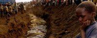 Des victimes du génocide au Rwanda sont enterrées dans une fosse commune près de Kigali en 1994. © Reuters / CORINNE DUFKA