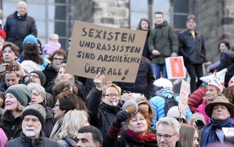 Manifestation contre les violences faites aux femmes, le 9 janvier, à Cologne. Sur la pancarte: «Les sexistes et les racistes avant tout des trous du cul.» Roberto Pfeil. AFP
